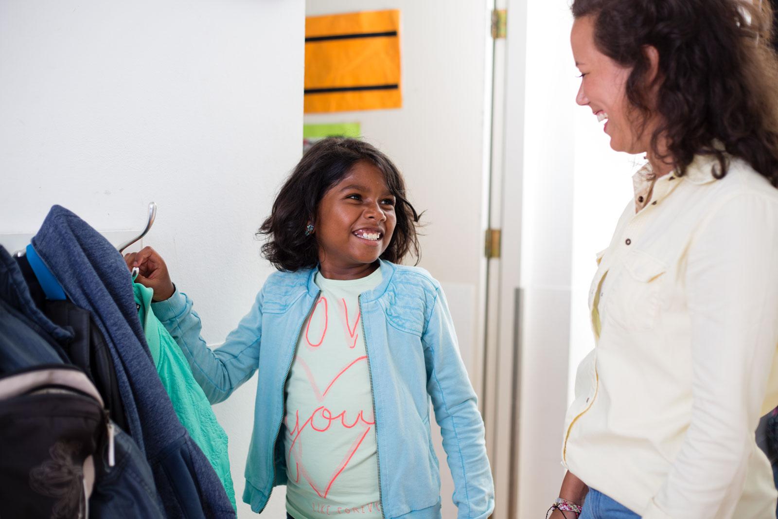 Bedrijfsreportage Beeldstudio meisje hangt jas op Inzowijs