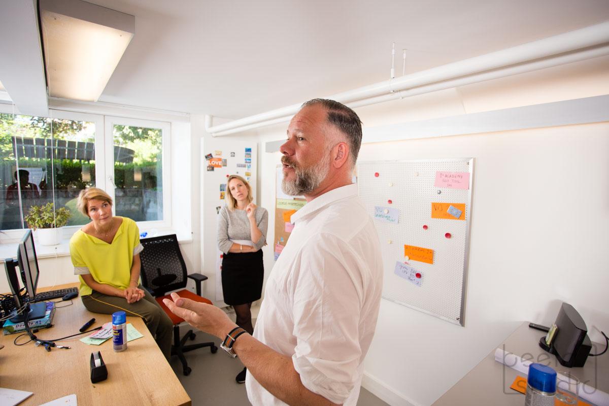 Man licht iets toe tijdens een vergadering van een organisatieadviesbureau