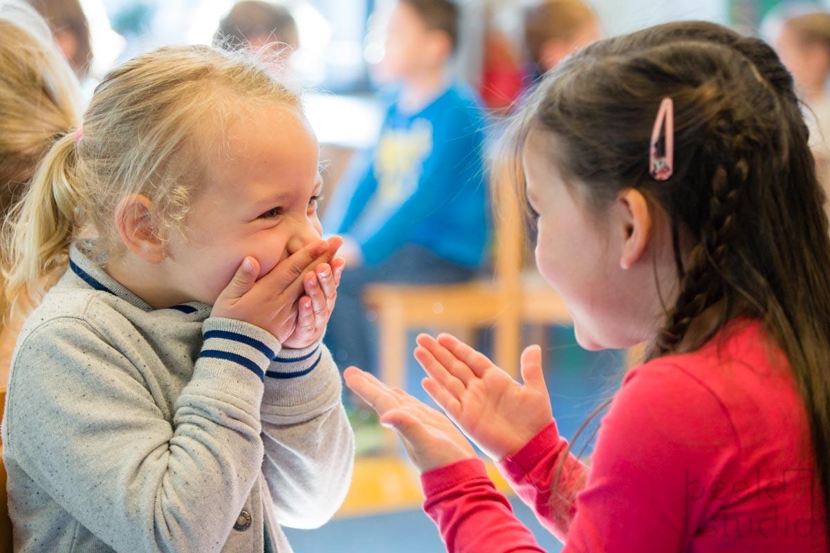 Lachende meisjes op de kleuterschool