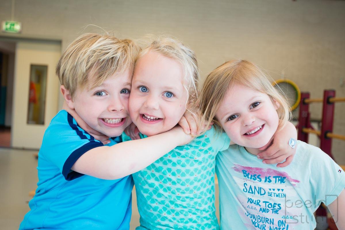 Jongen en meisjes in de gymzaal van een kleuterschool