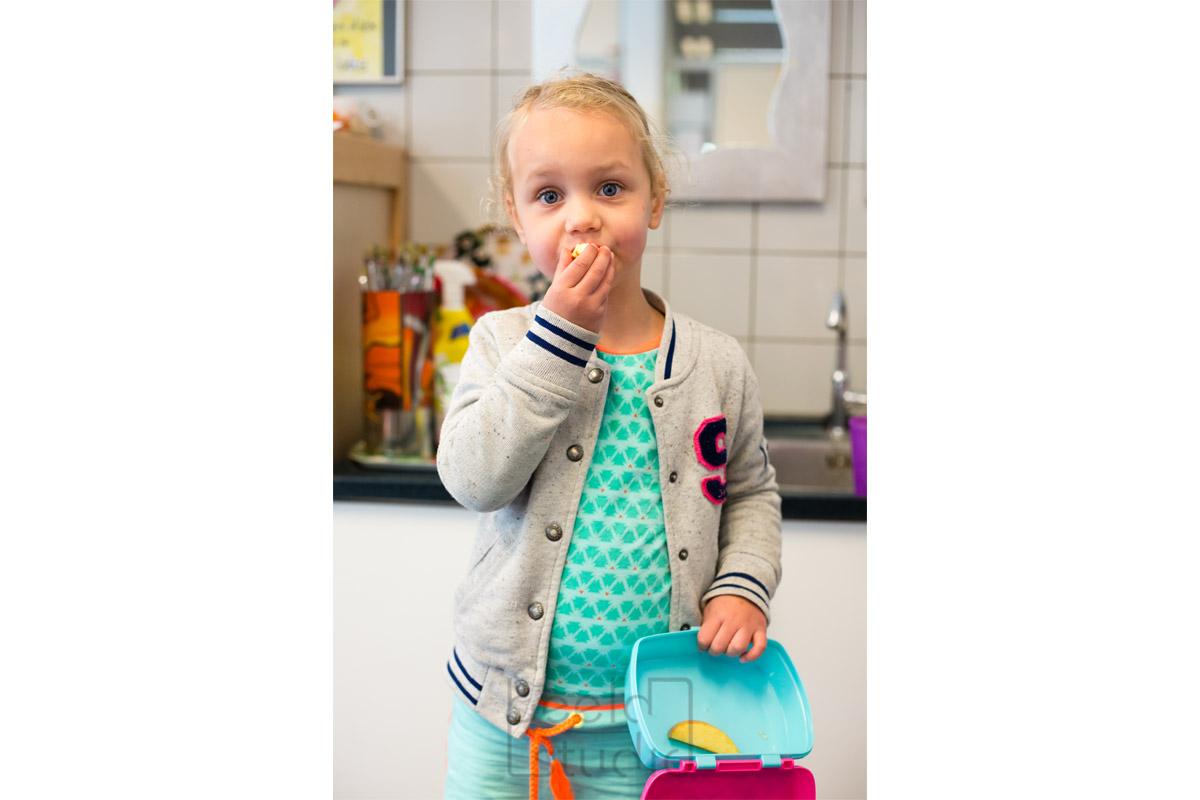 Meisje eet op de kleuterschool