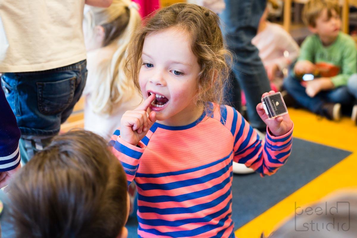 Meisje verliest tand in de kleuterschool