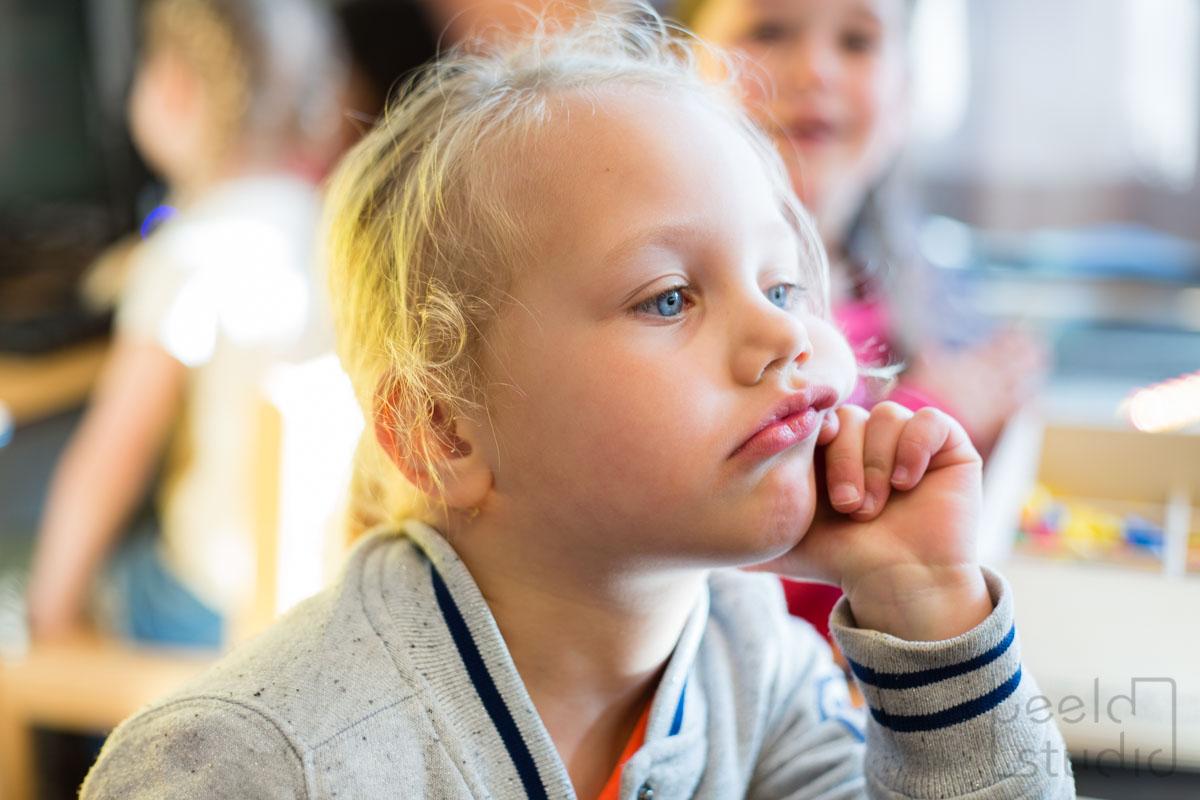 Meisje staart in de kleuterschool