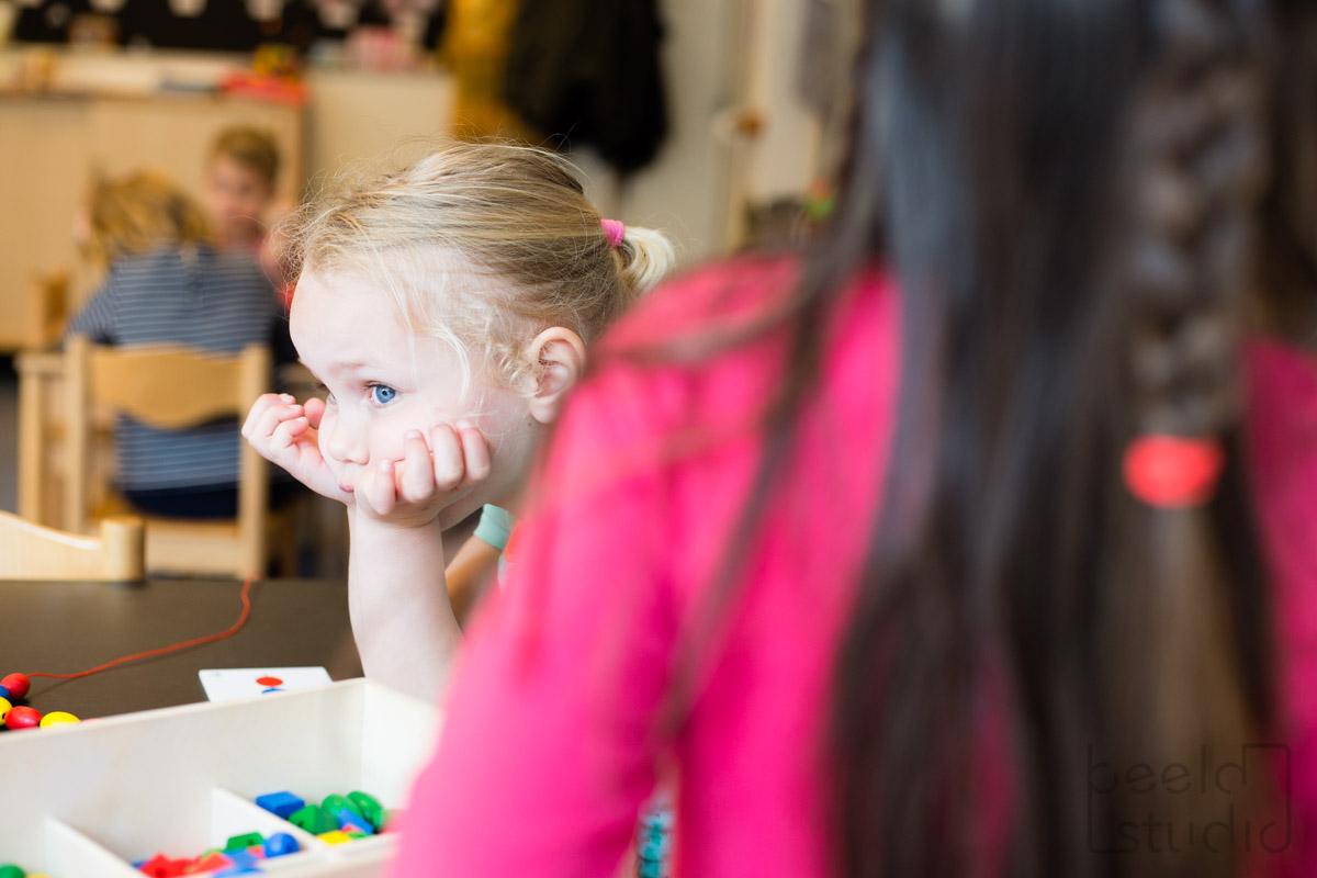 Meisje piekert in de kleuterschool